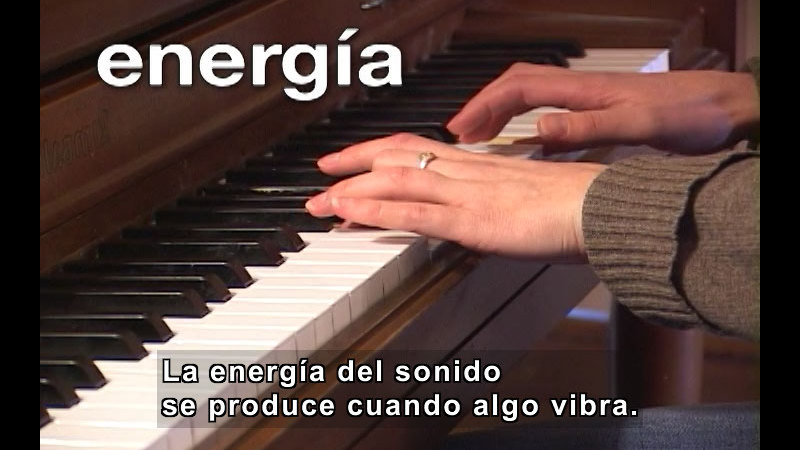 A person playing the piano. Spanish captions.