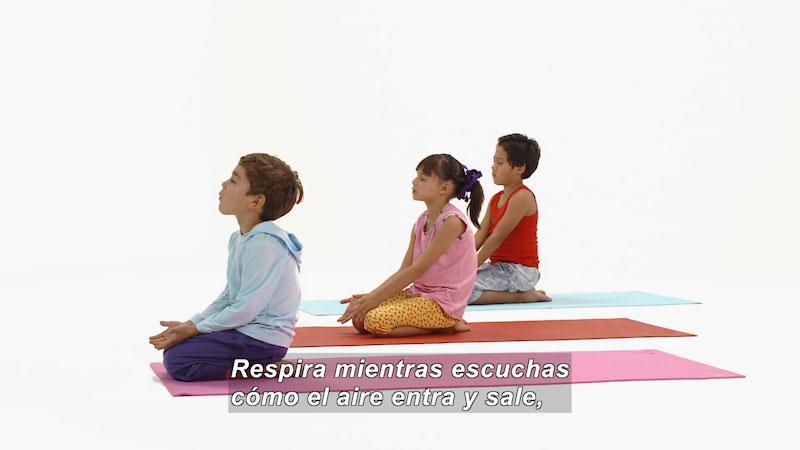 Still image from Ooommm Mmmooo Yoga For Children: Green Willy--Open Heart (Spanish)