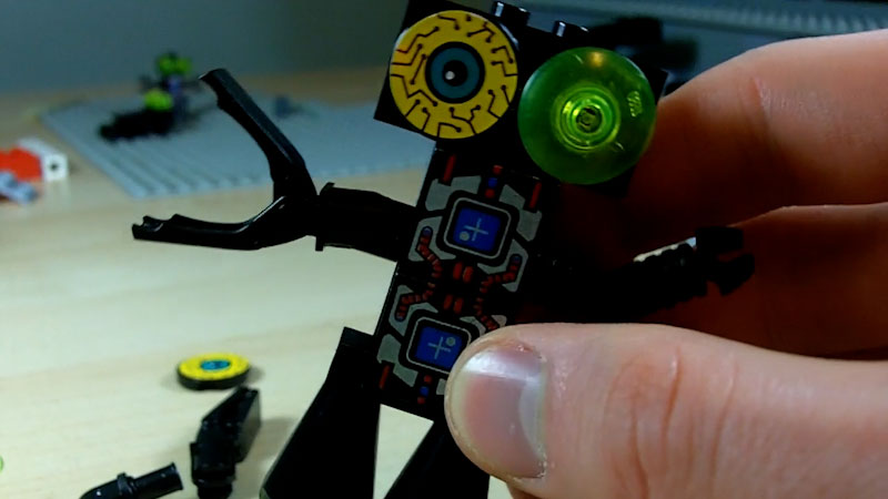 Still image from: How to Build LEGO Pinchbot Leaderbot Grabbor