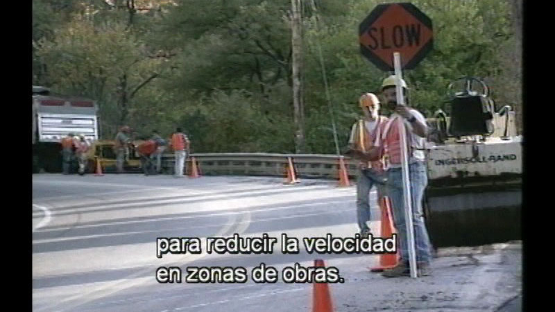 Still image from Signs, Signals, And Markings:  Understanding The Language Of The Road (Spanish)