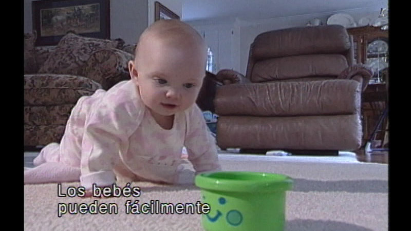 Still image from The Baby Care Workshop: Safe and Sound (Spanish)