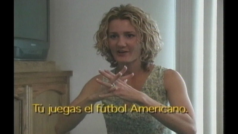 Still image from: Family Sign Language: Lessons 8-10 (Spanish)