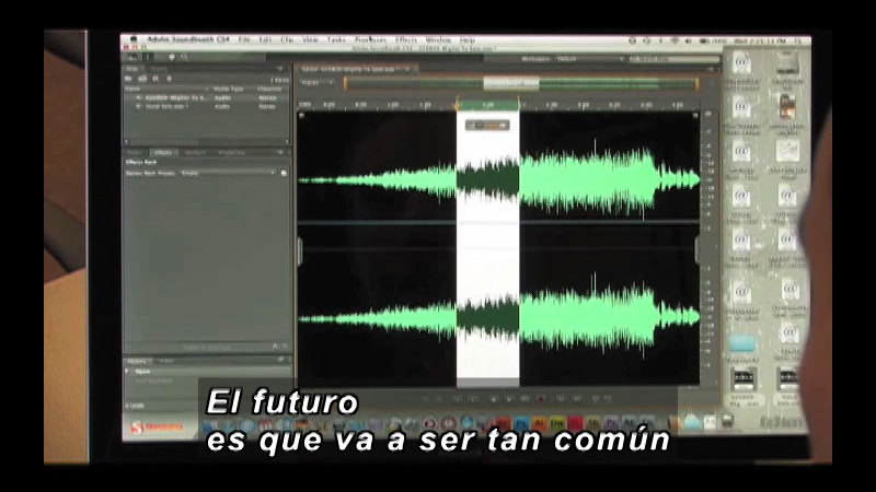 Computer screen showing pitch and frequency of soundwave. Spanish captions.