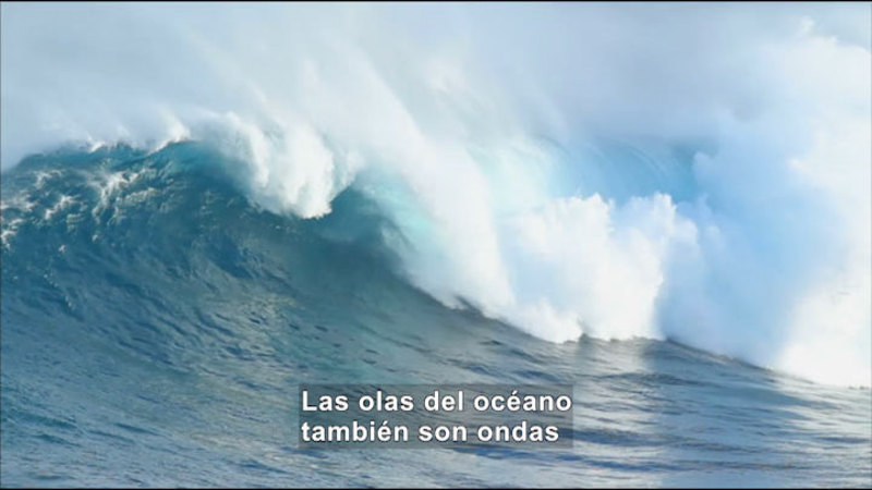 Wave crashing in the ocean. Spanish captions.