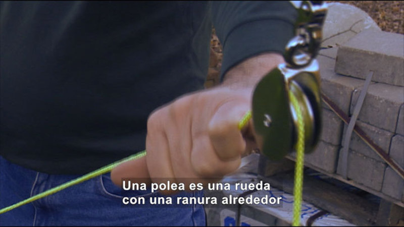 Still image from Science Video Vocab: Pulley (Spanish)