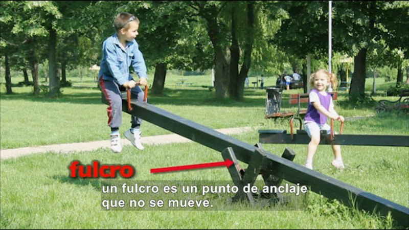 Two children on a teeter totter. Spanish captions.