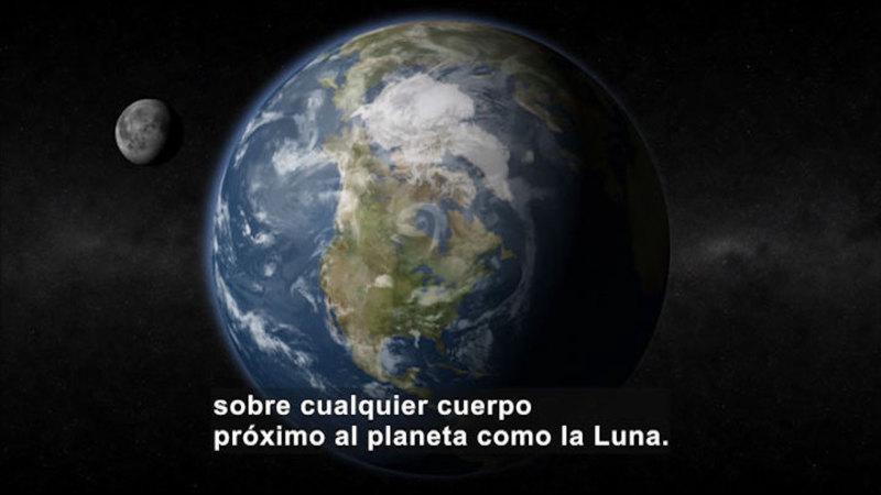 The moon orbiting around Earth. Spanish captions.