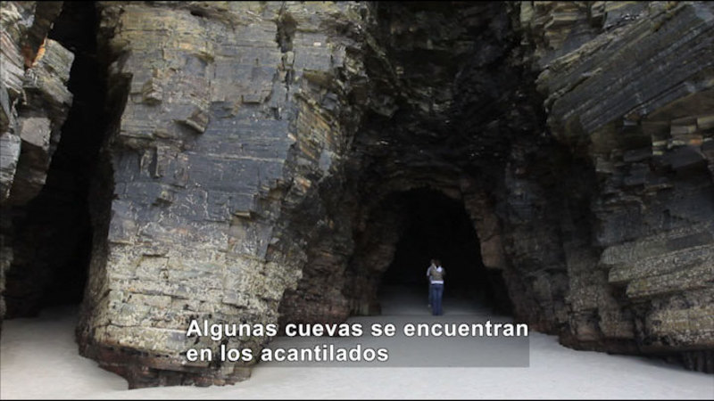 Still image from Science Video Vocab: Cave (Spanish)